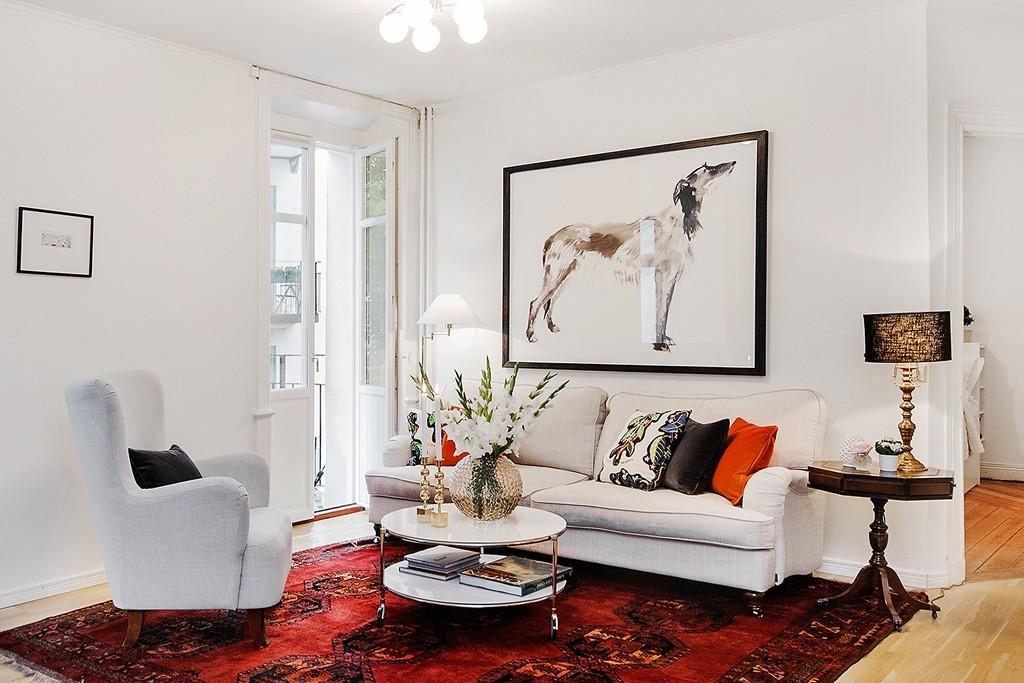Небольшой правильный ковёр в гостиной