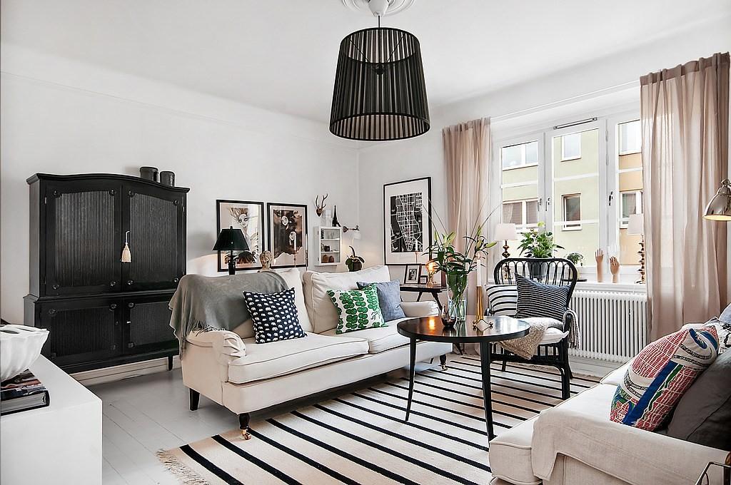 Правильный полосатый ковёр в гостиной