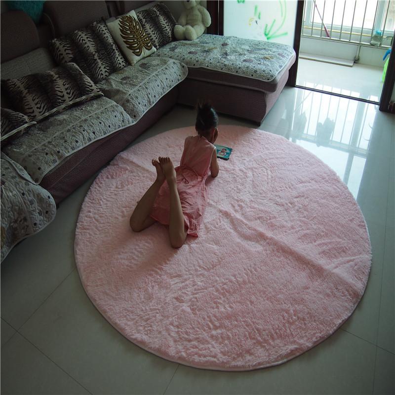 Неправильный круглый ковёр в гостиной