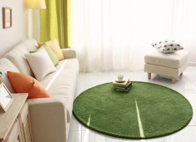 Неправильный круглый маленький ковёр в гостиной
